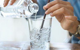 """""""Uống nước lạnh sau ăn gây hại tim"""": Chuyên gia tim mạch Bệnh viện E nói gì?"""