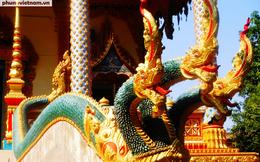 Độc đáo những bức tượng rắn trong chùa ở Viêng Chăn