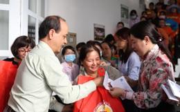 Trao 300 phần quà cho nữ công nhân vệ sinh môi trường tại TPHCM