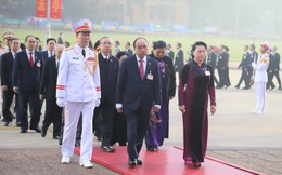 Đại biểu dự Đại hội Đảng toàn quốc lần thứ XIII vào Lăng viếng Chủ tịch Hồ Chí Minh
