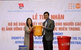 Bàn giao 3.704 bộ đồ dùng trị giá 180.000 USD hỗ trợ người cao tuổi vùng lũ lụt
