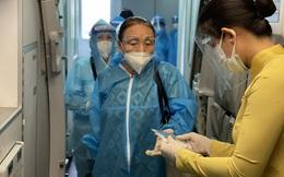"""Gắn biển """"Gia đình có người  giám sát y tế"""" trước nhà người từ TPHCM về Hà Nội"""