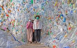 Triển lãm rác thải nhựa ở Indonesia với hơn 10 nghìn chai lọ, ống hút thu gom từ các bãi biển