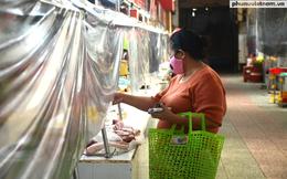 Mua hàng qua vách ngăn ở chợ Bến Thành