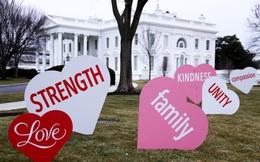 Đệ nhất phu nhân Jill Biden trang trí bãi cỏ Nhà Trắng bằng những trái tim mừng Lễ Tình nhân