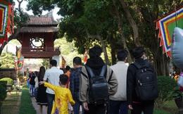 Cả ngàn người đội nắng, xếp hàng đến Văn Miếu - Quốc Tử Giám trong ngày Tết Thầy