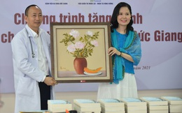 Mạng xã hội Phật giáo trao tặng 50 bức tranh cho BV Đa khoa Đức Giang