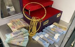 12 cọc tiền cùng kiềng, vòng vàng bị bỏ quên trên máy bay