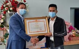 Trao bằng khen của Thủ tướng cho anh Nguyễn Ngọc Mạnh tại nhà riêng