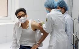 """Phó Thủ tướng Vũ Đức Đam tiêm thử nghiệm vaccine Nanocovax """"made in Vietnam"""""""