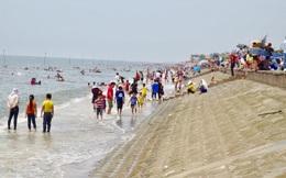 Lên phương án tìm kiếm xuyên đêm 3 học sinh bị sóng cuốn trôi khi tắm biển ở Nam Định