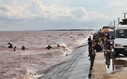 3 học sinh lớp 7 bị sóng cuốn mất tích khi tắm biển ở Nam Định