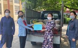 Miếng giấy với lời động viên dưới mỗi hộp cơm gửi vào khu cách ly ở tâm dịch Thuận Thành