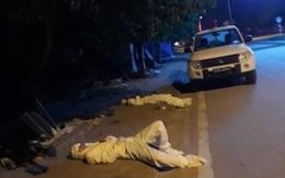 """Xúc động hình ảnh 2 nhân viên y tế tranh thủ """"chợp mắt"""" bên vệ đường vì """"quá mệt"""""""