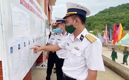 Bộ đội hải quân và người dân tuyến đảo Tây Nam bầu cử sớm