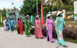 Phụ nữ Đồng Tháp mặc áo dài đi bầu cử