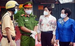 Hội LHPN TPHCM thăm lực lượng làm nhiệm vụ tại chốt kiểm soát dịch ở quận Gò Vấp