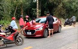 Chồng phóng ô tô bạt mạng mặc cho vợ bám nắp capo gào thét