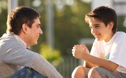 """""""Nhà mình có giàu không bố?"""" và câu trả lời khác nhau của 2 người cha"""
