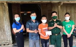Bộ đội biên phòng Cầu Treo tặng quà động viên trẻ em nghèo chuẩn bị vào năm học mới