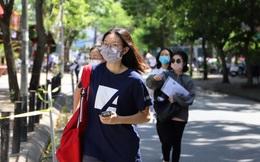 Học sinh Hà Nội đội nắng, đeo khẩu trang, thực hiện giãn cách đi làm thủ tục dự thi