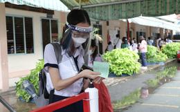 Thí sinh đeo nhiều lớp khẩu trang và mang kính chống giọt bắn đến điểm thi