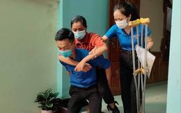 Nữ sinh bị tai nạn được tình nguyện viên đưa đón đi thi tốt nghiệp THPT