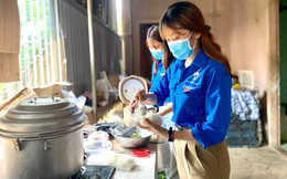 """Áo xanh tình nguyện Nghệ An """"đội mưa"""" phục vụ cơm nước, xe đưa đón miễn phí cho sĩ tử"""