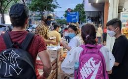 Người Sài Gòn hối hả mua sắm trước giờ giãn cách theo Chỉ thị 16