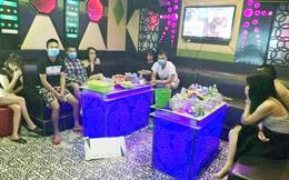 Hà Nội: Bất chấp dịch bệnh, 4 thanh niên vẫn đi hát cùng 4 nữ tiếp viên