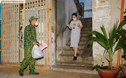 Buổi tối theo chân bộ đội mang thực phẩm đến nhà dân ở TPHCM