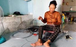 """Quảng Ngãi: Người phụ nữ gắn bó 25 năm với nghề đan """"lồng son"""""""