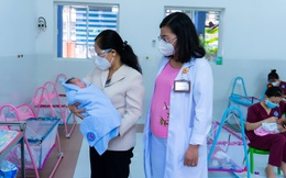 Chủ tịch HĐND TPHCM Nguyễn Thị Lệ thăm, tặng quà trẻ sơ sinh có mẹ là F0
