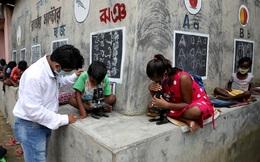 Ấn Độ: Vẽ bảng đen lên tường để dạy chữ cho trẻ em