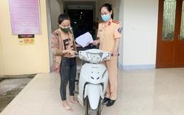 Cô gái vui mừng nhận lại chiếc xe máy sau 3 năm bị mất cắp
