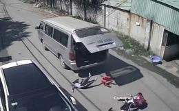Đồng Nai: Xe đưa đón bung cửa làm 2 học sinh văng xuống đường