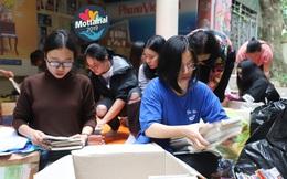 """Tình nguyện viên hào hứng phân loại đồ cho Ngày hội Mottainai 2019 """"Giáng sinh Trao yêu thương - Nhận hạnh phúc"""""""