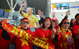 Fan nữ nhuộm đỏ sân bay lên đường cổ vũ đội tuyển U22 Việt Nam