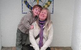 Cậu bé 10 tuổi dùng 10 ngàn bảng làm từ thiện để tưởng nhớ người mẹ mất vì ung thư