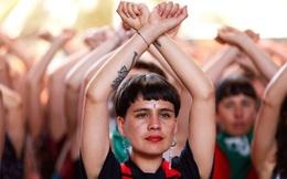 """Hội ủng hộ nữ quyền biểu diễn điệu nhảy """"Kẻ ngáng đường"""""""