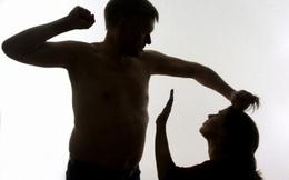 Mỗi lần bị chồng đánh, mẹ chồng lại lao tới đỡ đòn cho con dâu