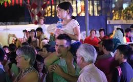 Khán giả nhí ngồi trên vai bố xem múa rối tại Phố đi bộ Nguyễn Huệ TPHCM