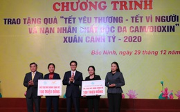 """Phó Thủ tướng Vũ Đức Đam trao tặng quà """"Tết yêu thương"""" vì người nghèo và nạn nhân chất độc da cam/Dioxin tại Bắc Ninh"""