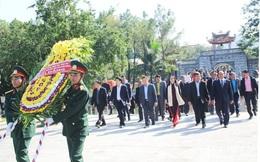 Ủy ban Trung ương Mặt trận Lào xây dựng đất nước dâng hương tại Nghĩa trang Việt - Lào