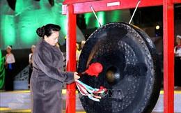 Chủ tịch Quốc hội Nguyễn Thị Kim Ngân đánh chiêng khai mạc Tuần Văn hóa-Du lịch tỉnh Hòa Bình