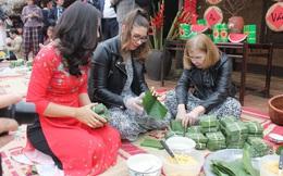 Các đại sứ và phu nhân thi làm bánh chưng, trải nghiệm văn hóa Việt