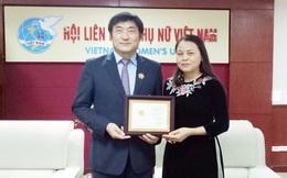Trao kỷ niệm chương Vì sự phát triển của phụ nữ cho Giám đốc KOICA Việt Nam