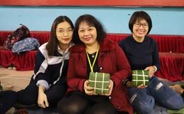 Học sinh Hà Nội thấy Tết ý nghĩa hơn khi gói bánh chưng tặng trẻ mồ côi, người khó khăn