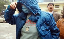Xét xử vụ Gateway: Bị cáo Nguyễn Bích Quy cúi đầu, bịt khẩu trang tới tòa
