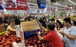 29 Tết, trái cây tăng giá chóng mặt, người tiêu dùng vào siêu thị sắm mâm ngũ quả